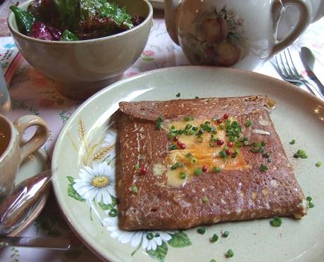 オタンジャディス(Au Temps Jadis) ランチ シャビニョル 山羊のチーズ、ハム、アンチョビ、トマトなどが入ったガレット サラダ