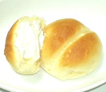 ヨーグルトクリームをパンに添えて