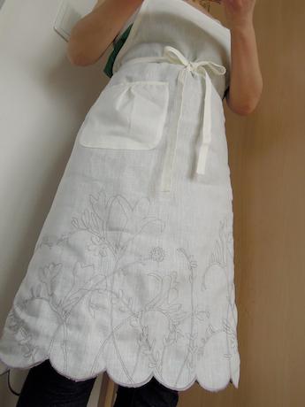Happy Counting Diary 白いリネンの優しい風合い、刺繍入り♩ さりげなくおもてなし感も演出する刺繍入りエプロン スカラッププランツ刺繍エプロン オフホワイト 栗原はるみweb通販 yutori by mail_3