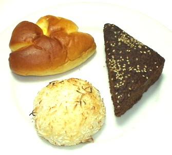 ベッカライ インマーマン(BACKEREI IMMER MANN)のクリームパン、黒糖蒸しパン、ココナッツカレーパン