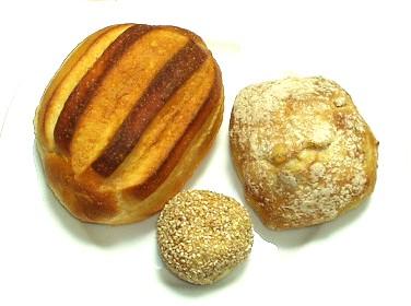 ブーランジェリー ラ・テール Boulangerie La Terre ジャージー牛乳のパン、薄皮あんぱん(くるみと胡麻あん)、北海道小麦のもちもちパン(テンペ入り)
