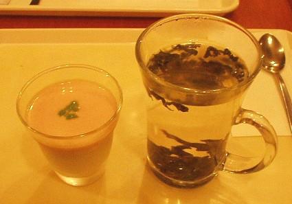 濃厚なマンゴーソース入り杏仁豆腐と凍頂烏龍茶