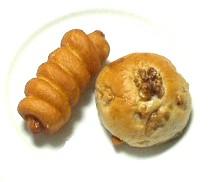 サクラ・ベーカリーのソーセージドーナツとくるみパン